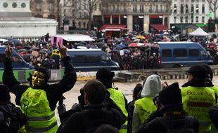 Au premier plan, des «gilets jaunes, contestent la marche des «foulards rouges», le 27 janvier 2019, à Paris.