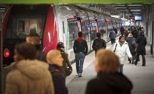 Paris le  21 mars 2013. Illustration transports regionaux RER et  transiliens a la gare du Nord. trains de banlieue. Voyageurs, usagers de la SNCF et RATP.