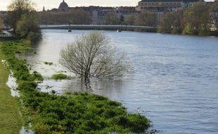 La Loire déborde sur le quai François-Mitterrand, sur l'île de Nantes.