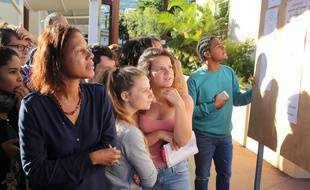 Les candidats de La Réunion découvrent leurs résultats le 5 juillet 2016.AFP PHOTO/RICHARD BOUHET