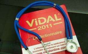 Le Vidal, bible des médecins, et un stéthoscope. Illustration.
