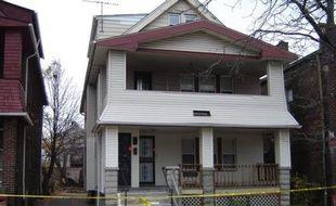 Dix ans après avoir vu sa collègue Amanda Berry quitter le travail pour la dernière fois, Darrell Ford se tient, saisi d'effroi, contre les barricades de la police en imaginant ce qui a pu se passer pendant tout ce temps dans cette maison de l'horreur à Cleveland.
