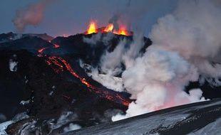 Un volcan islandais en éruption, en 2010.