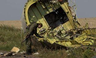 Un séparatiste prorusse sur le site du crash du vol MH17, en Ukraine, le 22 juillet 2015.
