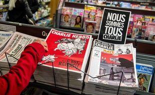 Un Lillois achète «Charlie Hebdo» en kiosque le 25 février 2015.