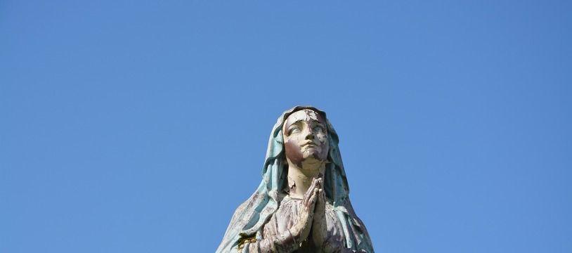 Une statue de la Vierge Marie. Illustration.