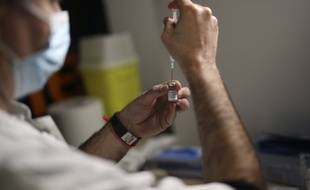 Un soignant prépare une dose de vaccin contre le Covid à Marseille.