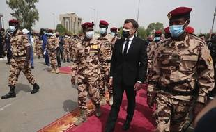 Emmanuel Macron, entouré des militaires au pouvoir au Tchad, lors de son arrivé pour les obsèques du président Idriss Déby, à N'Djamena le 23 avril 2021.
