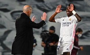 Zidane félicite Vinicius après son doublé mardi soir contre Liverpool.
