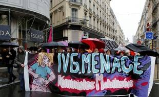 Manifestation dans les rues de Lyon contre la mise en danger du droit a l'IVG.