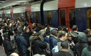 Grève nationale des transports. Le quai est saturé à la station Gare du Nord à Paris, alors qu'un RER entre dans la station, le 11 novembre 2007.
