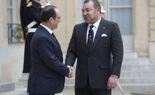 Le président français François Hollande et le roi du Maroc Mohammed VI, le 9 février 2015 devant le palais de l'Elysée.