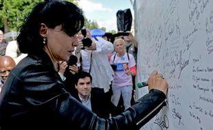 L'ancienne ministre UMP Rachida Dati apporte sa signature en soutien à l'ancien président Sarkozy, à La Ferté-Imbault, le 5 juillet 2014