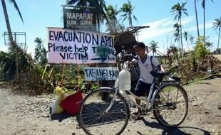 Des familles de rescapés mendiaient pour un peu de nourriture dans le sud des Philippines dimanche, quatre jours après le passage meurtrier du typhon Bopha, revenu sur le nord du pays ce week-end, affaibli mais accompagné de pluies violentes.