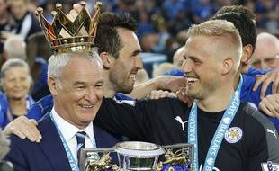 Claudio Ranieri célèbre le titre de Leicester, avec Kasper Schmeichel, le 07 mai 2016.