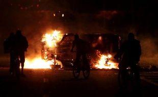 Des manifestants ont brûlé lundi soir deux camions et au moins un autobus, sur une autoroute de Sao Paulo, en représailles à la mort d'un adolescent tué dimanche par un policier
