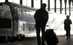 """Quelque 10.500 voyageurs sont arrivés dans la capitale après la fermeture du métro. Pour qu'ils soient ramenés chez eux, des messages ont été envoyés aux taxis, informant que """"près de 8.000 personnes"""" débarquaient mardi entre 01H00 et 03H00 gare Montparnasse, et 2.500 entre 02H00 et 03H00 gare de Lyon, selon une journaliste de l'AFP."""