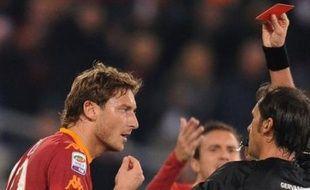 Les nerfs de Francesco Totti, le bouillant attaquant de l'AS Rome, ont lâché samedi soir lors du match contre Lecce (2-0), en championnat d'Italie, illustrant la fébrilité du club et de son emblématique capitaine en ce début de saison.