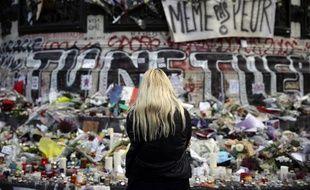 Une femme rend hommage aux victimes des attentats du 13-Novembre, le 17 novembre 2015.