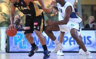 Le basketteur du Paris-Levallois, Wilfrid Aka (à droite), face au Nancéien Ricardo Greer, lors d'un match de Pro A, le 16 octobre 2009.