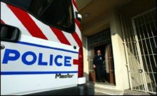 Un homme âgé d'une soixantaine d'années a tiré jeudi plusieurs coups de feu dans un quartier pavillonnaire de Montpellier, blessant légèrement une femme et son enfant avant de mourir d'une crise cardiaque après son interpellation, a-t-on appris de source policière.
