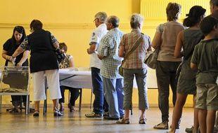 Illustration d'un scrutin, d'électeurs sur le point de voter, le 17 juin 2012 à Arles.
