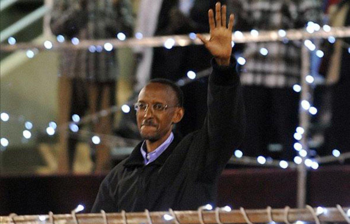 Paul Kagame célébrant sa presque victoire aux présidentielles, le 10 aout 2010, au stade Amahoro – AFP PHOTO/SIMON MAINA