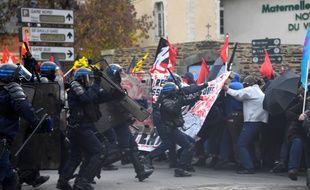 La police charge les manifestants pour récupérer une banderole, ici le 16 novembre 2017 à Rennes.