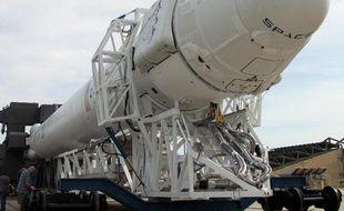 Photo transmise le 5 janvier 2015 par la Nasa et SpaceX montrant la capsule Dragon et la fusée Falcon 9 de SpaceX emmenés sur la rampe de lancement