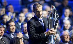 Aleksander Ceferin, président de l'UEFA, présentant le trophée de la Ligue des Nations.