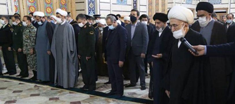 Des personnes se recueillent devant le cercueil du physicien nucléaire Mohsen Fakhrizadeh au sanctuaire de Fatima Masumeh à Qom.