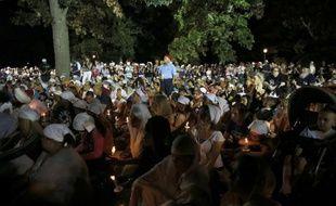 Un mémorial improvisé a été dressé à Oak Creek, près du temple sikh où a eu lieu une fusillade qui a fait sept morts, dont le tireur, un ancien soldat néonazi, nouveau signe de l'émotion suscitée par le drame dans la commune.