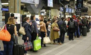 La SNCF a annoncé dans la soirée avoir dû supprimer deux TGV au départ de Paris et un au départ de Bordeaux et 13 TGV ont subi des retards de plusieurs heures