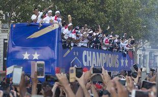 Les Bleus paradent sur les Champs Elysées le 16 juillet 2018.