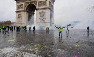 Des individus se sont introduits dans l'arc de Triomphe samedi à Paris.