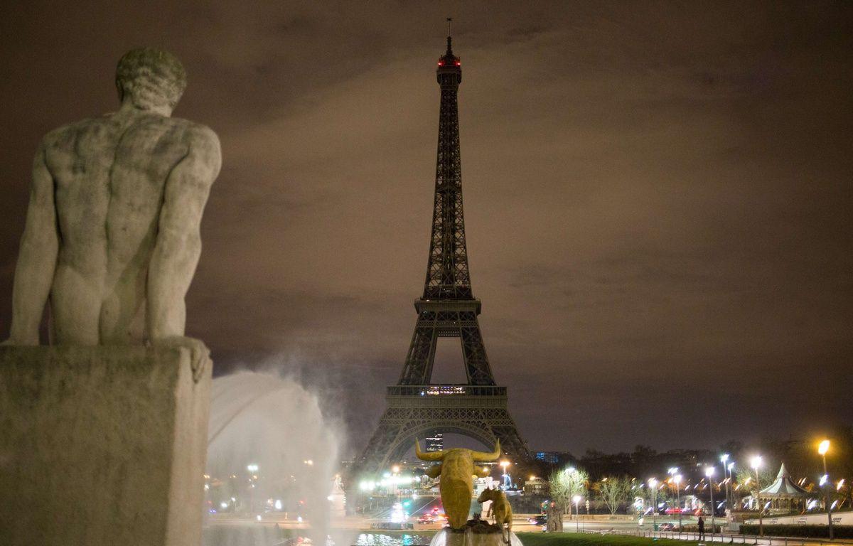 La tour Eiffel éteinte après l'attaque de Londres le 22 mars 2017. – Irina Kalashnikova/SIPA