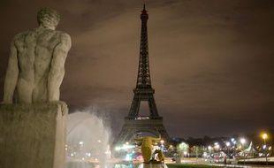 La tour Eiffel éteinte après l'attaque de Londres le 22 mars 2017.