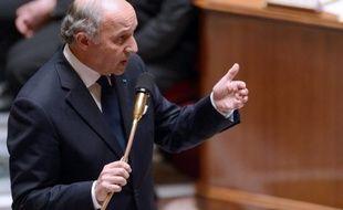 """La France """"n'a pas de certitude"""" sur l'utilisation d'armes chimiques en Syrie, et les Américains et Britanniques ont seulement des """"indices"""", a déclaré lundi le ministre français des Affaires étrangères Laurent Fabius."""