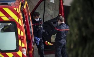 Prise en charge d'un malade du Covid-19 par des pompiers à Montpellier en mars 2020.