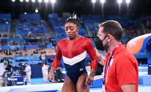 La gymnaste américaine Simone Biles consolée par son entraîneur français Laurent Landi.