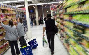 Des clients dans un rayon de supermarché, le 14 juin 2013, près de Paris