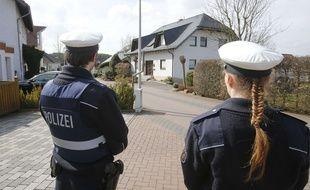 Des policiers devant la maison où habitait Andreas Lubitz à Montabaur en Allemagne le 26 mars 2016.