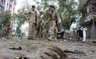 Des forces de l'ordre afghanes sont sur les lieux de l'attentat-suicide, le 18 avril 2015 à Jalalabad qui a fait au moins 33 morts