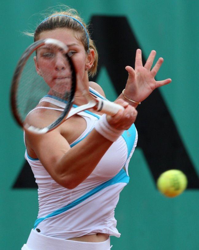 Simona Halep, le 8 juin 2008, lors du tournoi de Roland-Garros junior, avant sa réduction mammaire.