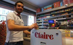 Le prototype Claire, qui recouvre les paquets de cigarettes de stickers, est installé dans un tabac niçois.