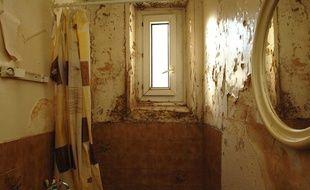 A Paris, certains habitants vivent dans des logements insalubres.