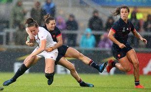 L'Anglaise Emily Scarratt surprise par la Française Lénaig Corson durant le match France-Angleterre, la demie-finale de la Coupe du monde de rugby féminin à Belfast le 22 août 2017.