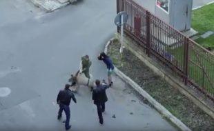 Ce soldat russe pensait sauver une femme prise en otage, en fait il a interrompu le tournage d'une série télévisée.