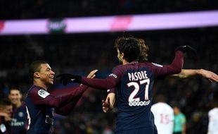 Pastore et Mbappé fêtent le but du premier nommé, lors de PSG-Lille le 9 décembre 2017 au Parc des Princes.