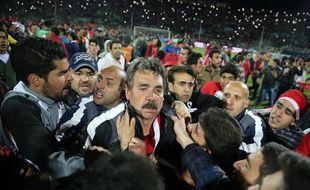 L'entraîneur portugais du Tractor Sazi, Toni Oliveira, a dû être évacué du stade sous escorte. OMID VAHABZADEH / AFP
